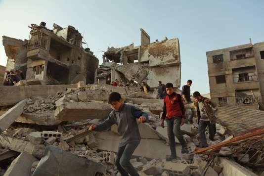 Des civils parmi les ruines à la Ghouta orientale, lundi 5 mars 2018.