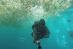 Un plongeur se filme dans un océan de plastique