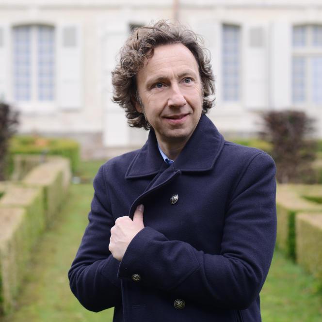 Stéphane Bern dans le jardin de sa nouvelle résidence en travaux, l'ancien collège royal et militaire de Thiron-Gardais (Eure-et-Loir).