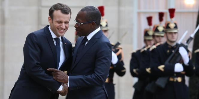 Le président français Emmanuel Macron (à gauche) accueillant son homologue du Bénin à l'Elysée, le 5 mars.