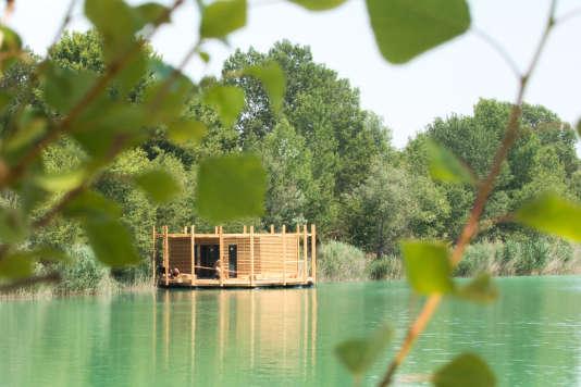 Les cabanes« luxe», posées sur l'étang de la Lionne, dans le Vaucluse.