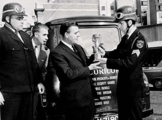 Le trophée Jules-Rimet fut volé et retrouvé dans un parc à Londres, en 1966.