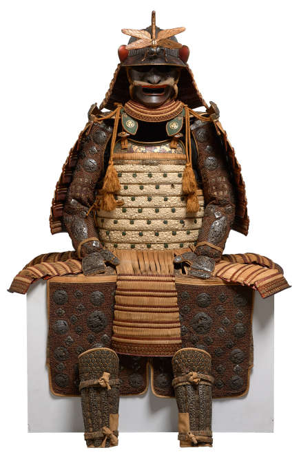 """«Cette armure, confectionnée pour un membre de la famille Matsudaira du fief de Matsue, est exceptionnelle par la qualité des matériaux employés. L'utilisation de cuir d'importation européenne et de galuchat [cuir de poisson], ainsi que le laçage en cuir de daim confèrent à cette armure un caractère unique. Le casque, du XVIe siècle, attribué à un illustre forgeron du nom de Yoshimichi, est surmonté d'une libellule. Cet animal censé ne pas reculer était autrefois appelé """"kachimushi"""", l'""""insecte vainqueur"""". Cette armure a été acquise par le MNAAG en 2016, grâce à la participation du fonds national du patrimoine et à une campagne de mécénat participatif.»"""