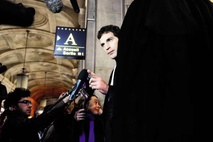 Jérémie Assous défend sept des huit prévenus de l'affaire de Tarnac (ici, à la cour d'appel de Paris, le 22 octobre 2010).