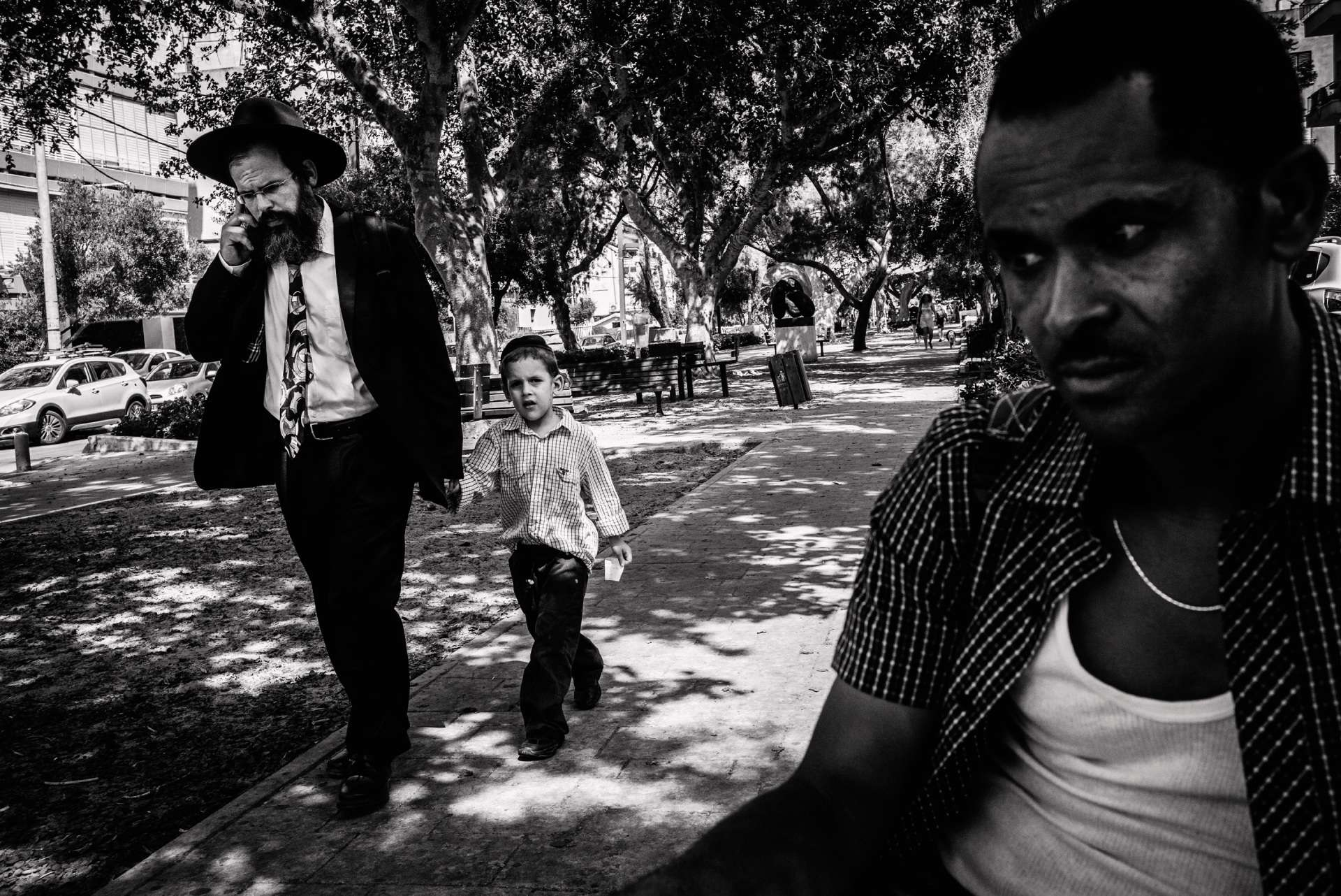 Comme beaucoup d'Erythréens en Israël, Gorgio est homme de ménage dans un hôtel. Le soir, avant de rejoindre sa banlieue, il se repose dans une avenue ombragée des beaux quartiers.