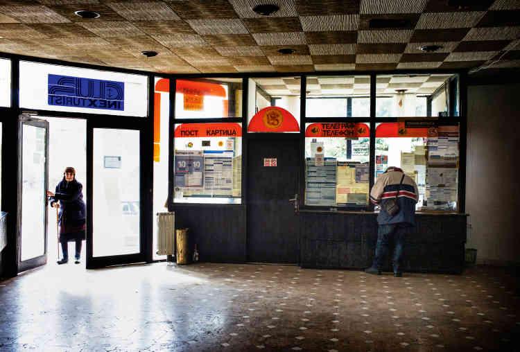 Près de la porte d'entrée, seul le petit bureau de poste serbe de l'hôtel reste encore en activité, fréquenté par les retraités du village venant chercher leur pension.