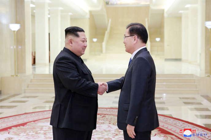 Dans cette photo datée du lundi 5 mars, fournie par le gouvernement nord-coréen, Kim Jong-un, rencontre le directeur sud-coréen de la sécurité nationale.