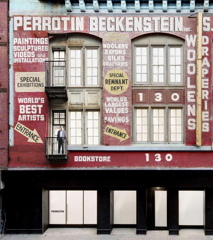 Emmanuel Perrotin devant sa nouvelle galerie new-yorkaise, dans le Lower East Side, quelques heures avant son ouverture, samedi 3 mars.