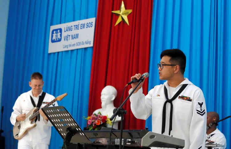 Des membres du groupe Seventh Fleet Band donnent un concert à coté d'une statue de l'ancien dirigeant révolutionnaire vietnamien Ho Chi Minh, sur le porte-avions, le 6 mars.