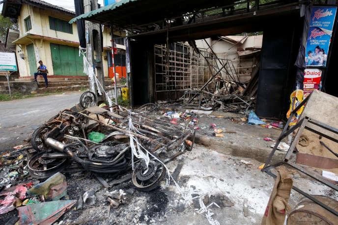 Un magasin brûlé à la suite d'affrontements communautaires, à Digana, dans le quartier de Kandy, au Sri Lanka, le 7 mars.
