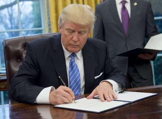 Le 23 janvier 2017, Donald Trump signe à Washington un document mettant fin à la participation des Etats-Unis au TPP.