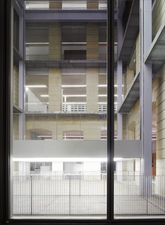 Vue de la tour d'exposition conçue par l'architecte Rem Koolhaas et son agence OMA.