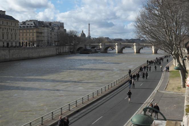 La voie Georges Pompidou à Paris, le dimanche 7 février 2016.
