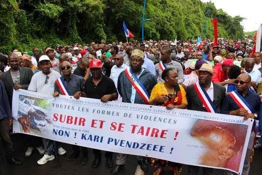 Des manifestants dans les rues de Mamoudzou, sur l'île de Mayotte,le 7 mars.