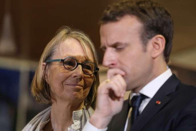 La ministre de la culture Françoise Nyssen et le président Emmanuel Macron lors d'une visite aux Mureaux (Yvelines), le 20 février 2018.