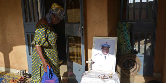 Une femme rend hommage à un soldat burkinabé tué lors de l'attaque terroriste de l'état-major général des armées, le 2 mars 2018, à Ouagadougou.