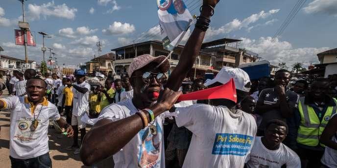 Des partisans de Kandeh Yumkella, le candidat de la Grande Coalition nationale, à Bo, en Sierra Leone, le 5mars.