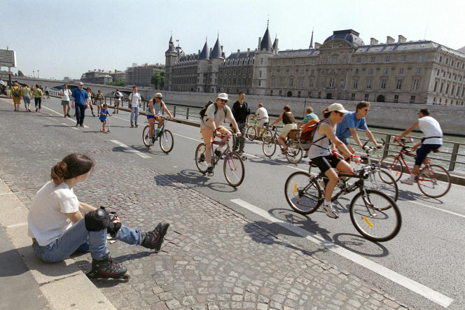 Des personnes à rollers et des cyclistes circulent, le 15 août 2001, sur la voie Georges Pompidou à Paris, interdite à la circulation automobile depuis le 15 juillet 2001.