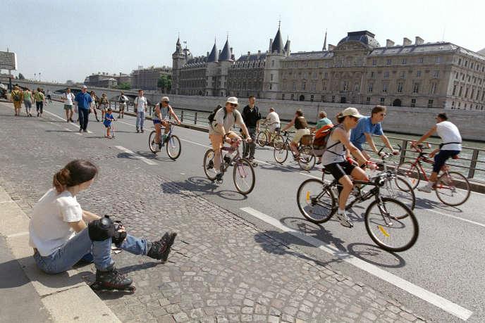 « Les berges ne représentent que 3,3 kilomètres de voirie sur plus de 1 000 à Paris et seulement 0,16 % du kilométrage parcouru en Ile-de-France» (Photo : cyclistes sur la voie Georges-Pompidou, à Paris, en 2001).