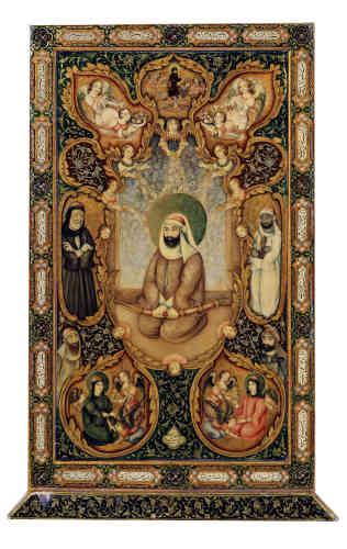«Son décor met en scène Ali et ses deux fils, Hasan et Husayn, entourés d'autres saints personnages et surmonté du prophète Muhammad, s'élevant dans les airs sur sa monture ailée, al-Buraq. Les inscriptions glorifient Ali mais aussi Nasir al-Din Shah (règne 1848-1896), célébré pour avoir eu l'incommensurable chance de voir le visage de l'imam. Cet objet s'offre comme un véritable objet de dévotion portatif et possède à l'évidence une valeur iconique.»