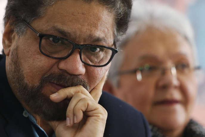 Ivan Marquez, tête de la liste sénatoriale de la FARC pour les législatives, lors de l'annonce du retrait de Rodrigo Londono de la course à la présidence colombienne, à Bogota, le 8 mars.
