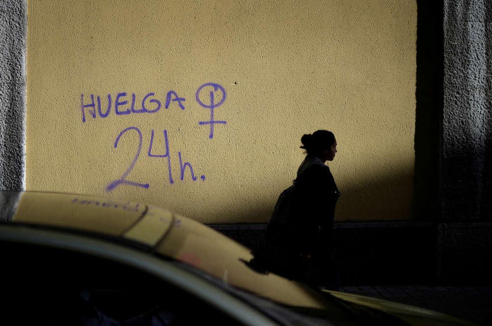 « Grève des femmes de vingt-quatre heures », peut-on lire sur ce mur, à Bilbao, en Espagne.Le 8 mars, cette grève générale, sans précédent dans le pays, s'est traduite, entre autres, par des piquets de grève devant des grands magasins, par des perturbations dans les transports et par l'absence des présentatrices-vedettes dans les médias.