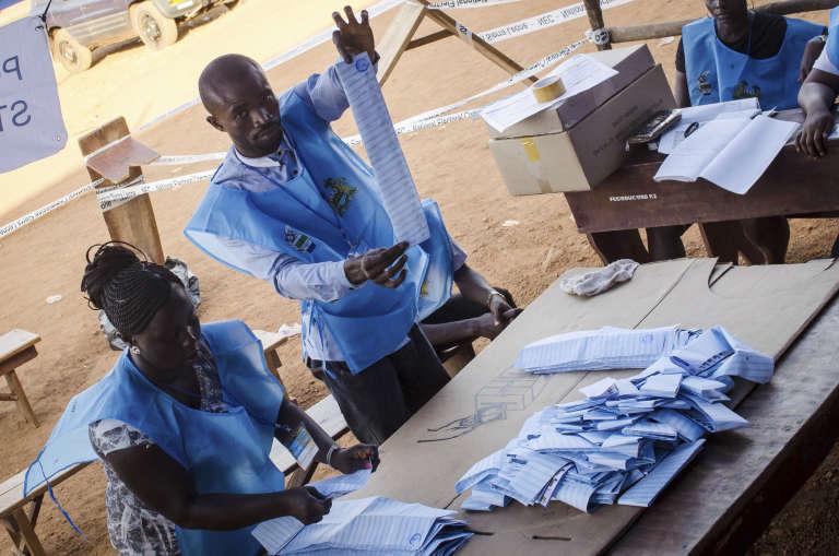Des agents électoraux pendant le dépouillement des bulletins du premier tour de la présidentielle, le 7mars 2018,à Freetown, capitale de la Sierra Leone.