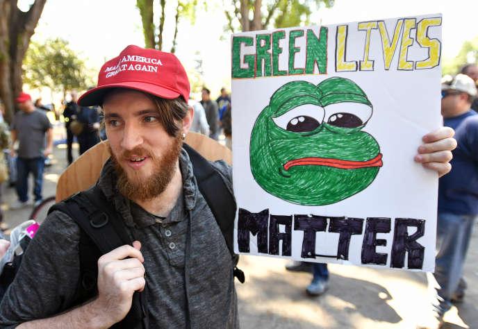 Un soutien de Donald Trump avec une pancarte« Pepe the Frog», en avril 2017 à l'université de Californie, à Berkeley.