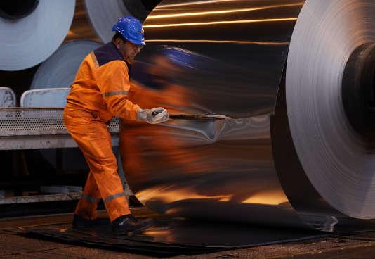 Un employé de l'usine d'aluminium Constellium à Biesheim (Haut-Rhin) en décembre 2014.