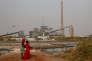 Deux filles de la ville de Bargny au Sénégal, devant la centrale électrique à charbon en fin de construction en octobre 2017.