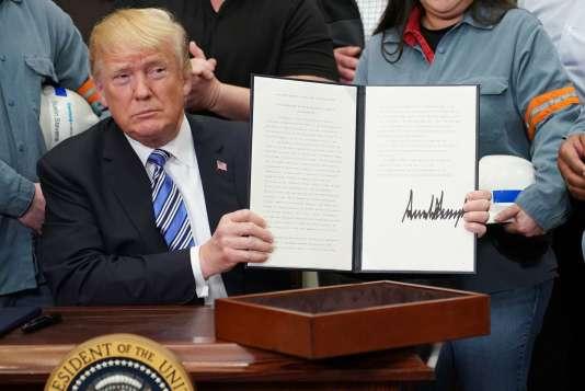 «Les mesures annoncées par Donald Trump ne concernent pas plus de 2 % des importations de biens et 0,2 % du PIB américain» (Donald Trump vient de signer les mesures contre les importations d'acier et d'aluminium, le 8 mars, à la Maison Blanche).
