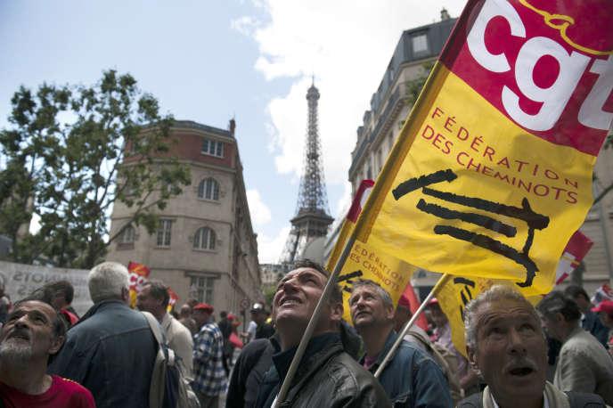 Manifestation de cheminots, le 16 juin 2011 à Paris, opposés à l'ouverture à la concurrence dans le transport régional de voyageurs.