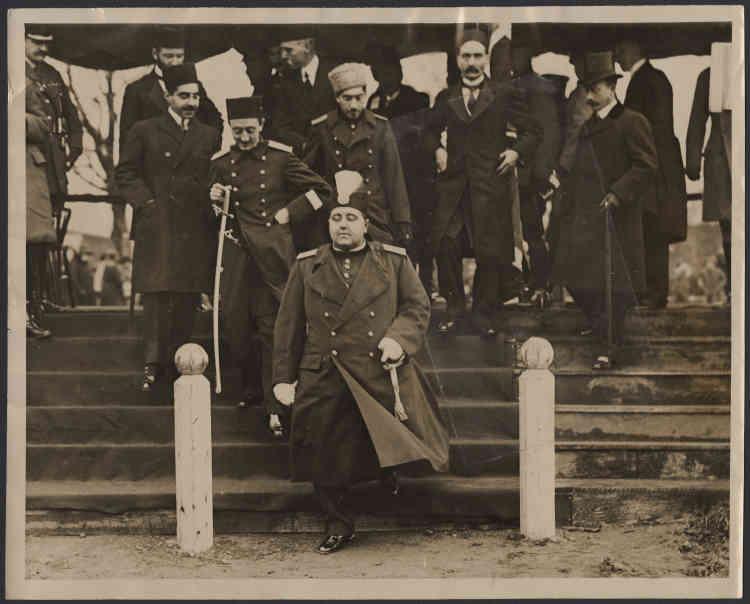 «Ahmad Shah (1898-1930) n'a que 11 ans lorsqu'il est intronisé. Dans les faits, il n'a que peu de pouvoir et jusqu'à sa majorité, en 1914, il est sous la coupe de ses régents. Il est aussi le premier souverain d'Iran à devoir composer avec une Assemblée constitutionnelle. En 1921, son ministre de la guerre, Reza Khan, fomente un coup d'Etat : il devient chef du gouvernement et quatre ans plus tard, Ahmad Shah, qui est alors en Europe, est contraint d'abdiquer : Reza Khan prend le pouvoir et fonde la dynastie des Pahlavis. Le dernier représentant des Qajars s'éteint en France, en 1930. »