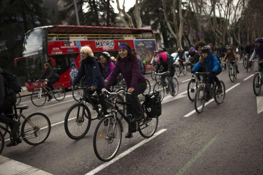 A Madrid, pendant la manifestation, le 8 mars. Les deux principaux syndicats espagnols, UGT et CCOO, avaient appelé à un arrêt de travail de deux heures, observé par 5,3 millions de personnes dans le pays, selon leurs estimations. Dix autres syndicats avaient appelé à une grève toute la journée, inspirée d'un mouvement similaire en Islande en 1975.