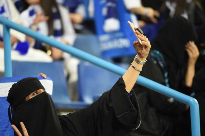 Une Saoudienne assiste à un match de Ligue des champions de la Conférence asiatique de football, à Ryad, le 6mars.