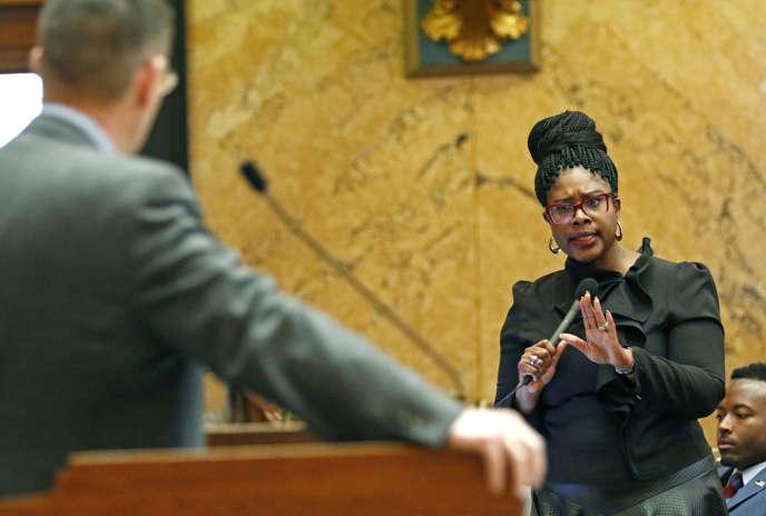 Une représentante démocrate devant la chambre des représentants du Mississippi, lors du débat sur l'avortement, le 8 mars.