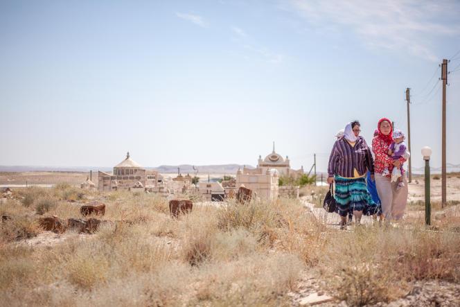 Pèlerins dans l'enceinte de la nécropole de Shopan Ata, dans le Manguistaou au Kazakhstan.