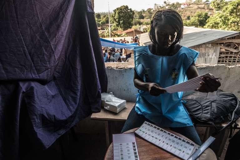 Dans un bureau de vote de Kono, lors des élections générales en Sierra Leone, le7 mars 2018.