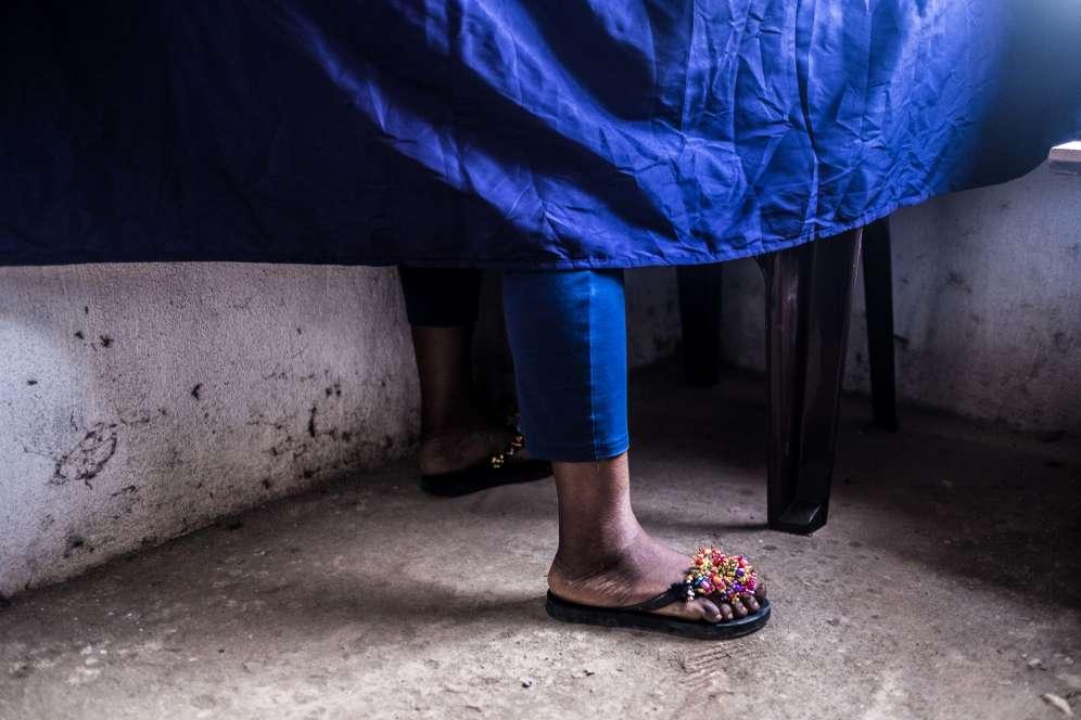 Dans un bureau de vote à Kono, dans l'est de la Sierra Leone, mercredi 7mars 2018, jour d'élections générales dans ce petit pays anglophone d'Afrique de l'Ouest.