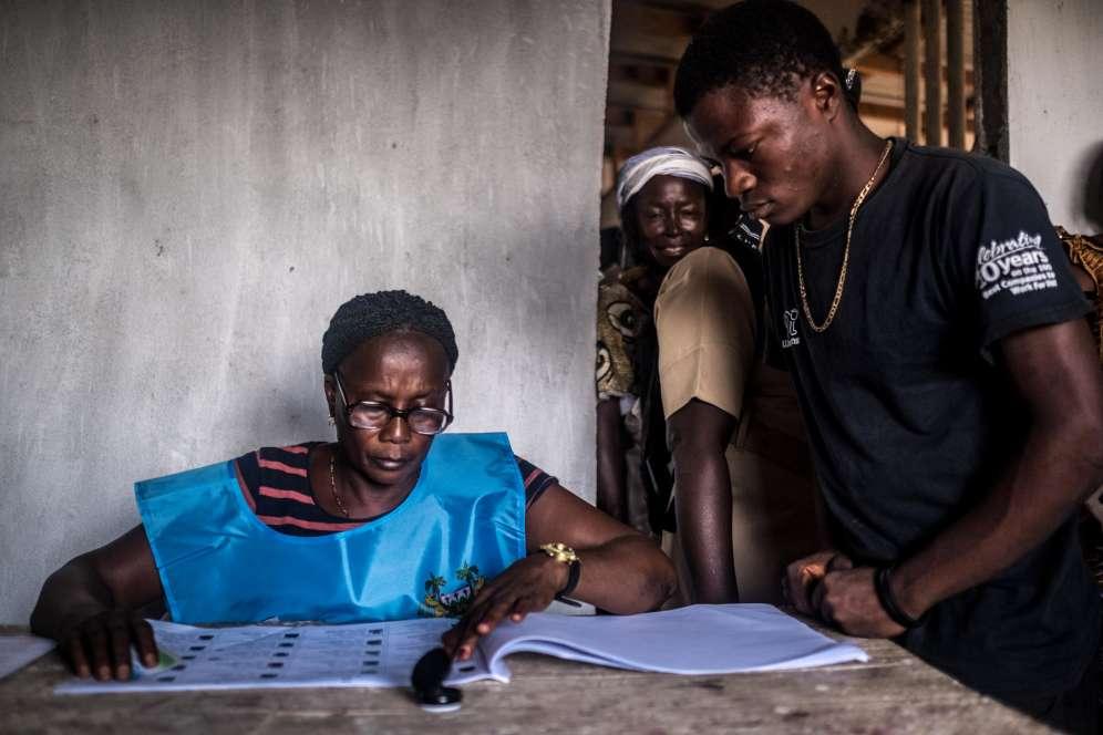 Une agente électorale à Kono. Quelque 3,1millions de Sierra-Léonais étaient appelés aux urnes.