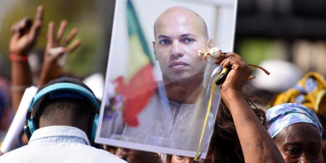 Une femme porte une photographie de Karim Wade, ancien ministre et fils de l'ancien président Abdoulaye Wade, condamné par la justice sénégalaise, à Dakar, en février 2015.