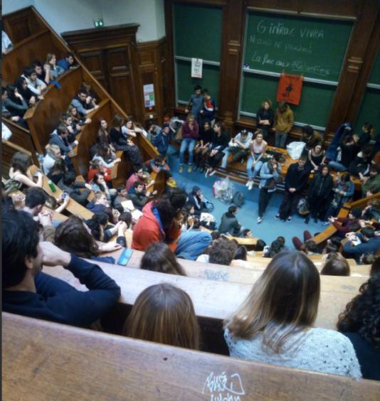 Le 8mars, surlendemain de l'évacuation par les CRS, les étudiantsde l'université de Bordeaux se sont réunis en assemblée générale.
