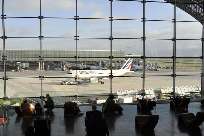 Un avion d'Air France arrive à l'aéroport de Roissy-Charles-de-Gaulle.