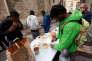 Des volontaires distribuent de la nourriture aux migrants qui campent devant l'église Saint-Ferreol, à Marseille, le 22 novembre 2017.