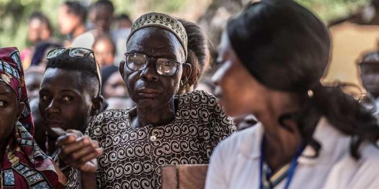 Electeurs attendant de pouvoir voter à Kono, dans l'est de la Sierra Leone, le 7 mars 2018.