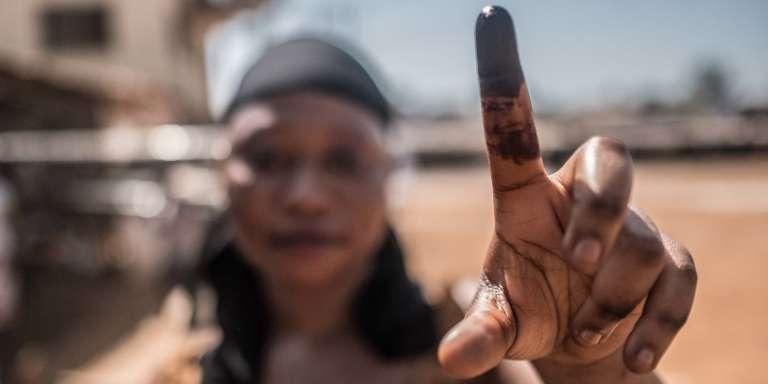 Une électrice à Freetown, en Sierra Leone, lors des élections générales du 7mars 2018.