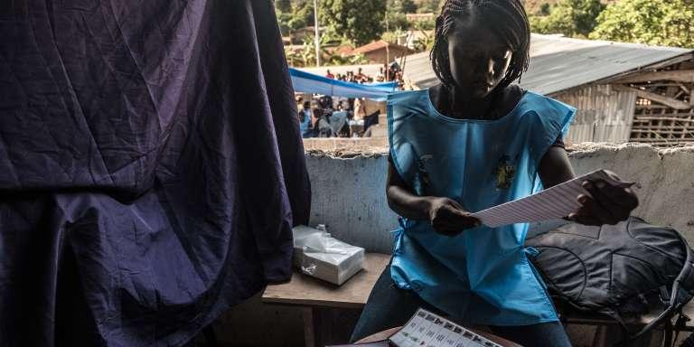 Dans un bureau de vote à Kono, en Sierra Leone, le 7mars 2018.