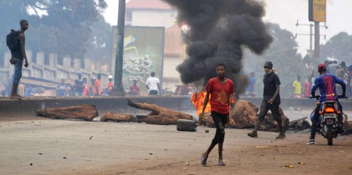 Des manifestants dénoncent les résutats des élections locales, le 6 février 2018, à Conakry.