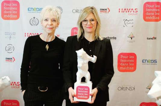 La réalisatrice Tonie Marshall et l'animatrice Flavie flament, récompensée –avec la réalisatrice Magaly Richard-Serrano– d'un trophée« Pour les femmes dans les médias» pour «La Consolation», adaptation à la télévision de son roman autobiographique.