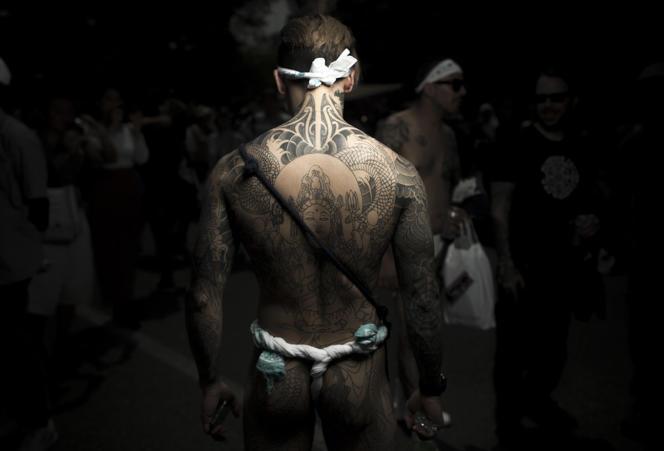 Un Japonais exhibe ses tatouages traditionnels faisant référence à l'univers Yakuza, lors du Sanja matsuri, à Tokyo, en mai 2017.